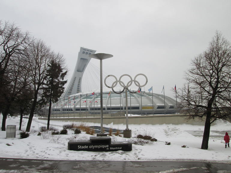 stade-olympique-montreal-hiver-neige