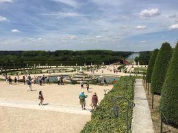 Blik op de kasteeltuinen gezien vanaf het kasteel, fantastisch! , Mike R - July 2015