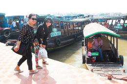 Mommy and sister during the start of the Mekong Tour , Lawrence Allen T - February 2013