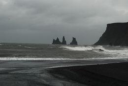 Stenarna utanför klippan är för att hindra trollen. Det blåste i Vik och tydligen är det storm på Island om det blåser över 20 m/sek , hemi-crania - August 2015