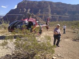 Fantastisk tur på alla sätt. Att landa i Grand Canyon vid Coloradoflodens strand och bli serverad mousserande vin och och baguette var ett minne för livet. , Kent S - November 2013