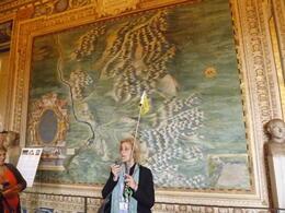 Elena erklärt uns die Bedeutung der Landkarten Galerie , Antje K - May 2013
