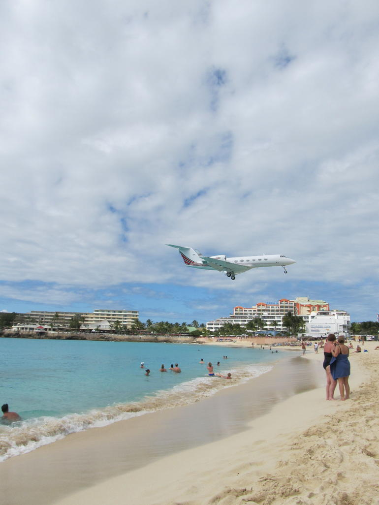 Planes landing over beach - Philipsburg