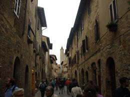 Calle principal de San Gimignano en una hermosa tarde de lluvia. ---------------------------------------------- San Gimignano's main street in a beautigul rainy afternoon. , laurat - May 2012