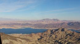 Bild över Lake Mead från helikoptern. Vi hade tur att få sitta bredvid piloten från start. Sen roterade vi platser. Man såg faktiskt bra där bak också. , Hannah J - November 2014