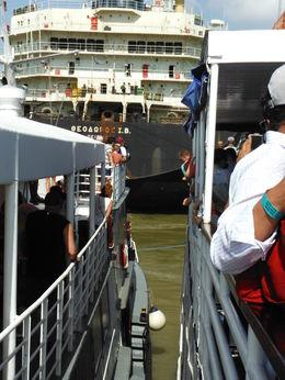 Nuestra embarcación estaba acomodándose para comenzar por el paso de las esclusas. , jaimearl - January 2016