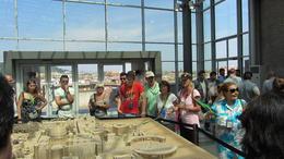 Anhand eines Modells zeigen die Guides den Besuchern die wichtigsten Gebäude im Vatikan. , Fred H - August 2013