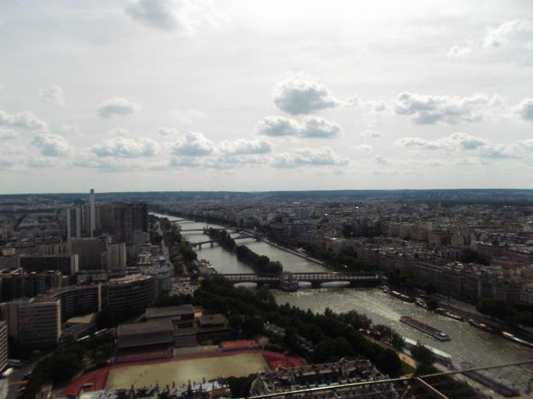 Desde arriba de la torre con el barco del crucero abajo en el sena. - Paris