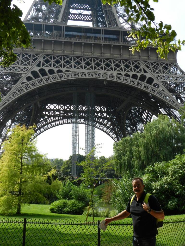 A los pies de la Torre Eiffel en Par�s - Paris