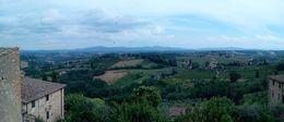 Desde San Gimignano, uno puede visualizar cómo es La Toscana. Sus viñedos, sus colinas verdes, sus grandes árboles, y todo ello salpicado de casonas medievales... , Enrique V - June 2015