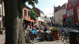 Estilo europeo, mesas en las calles y la gente disfrutando de la gastronomía belga. , Majo - September 2015