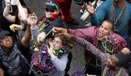 Mardi Gras crowd catching beads. - January 2014