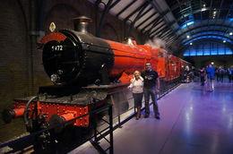 Cette rencontre avait une saveur particulière. Le Hogwarts Express est emmené par une splendide 230 du GWR Great Western Railway, classe Hall ou Class 4900, l'une des 259 machines..., Philippe D - December 2015