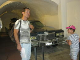 notre guide devant la Cadillac de Dali , isabelle o - July 2013