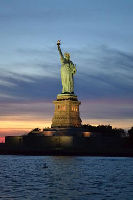 Superbe vue au coucher de soleil sur la statue de la Liberté. , Alexandra C - September 2013