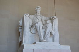 Das Lincoln Memorial ist ein zwischen 1915 und 1922 erbautes Denkmal zu Ehren Abraham Lincolns, des 16. Präsidenten der Vereinigten Staaten, an der National Mall in Washington, D.C. Der Entwurf..., Michaela F. - October 2015