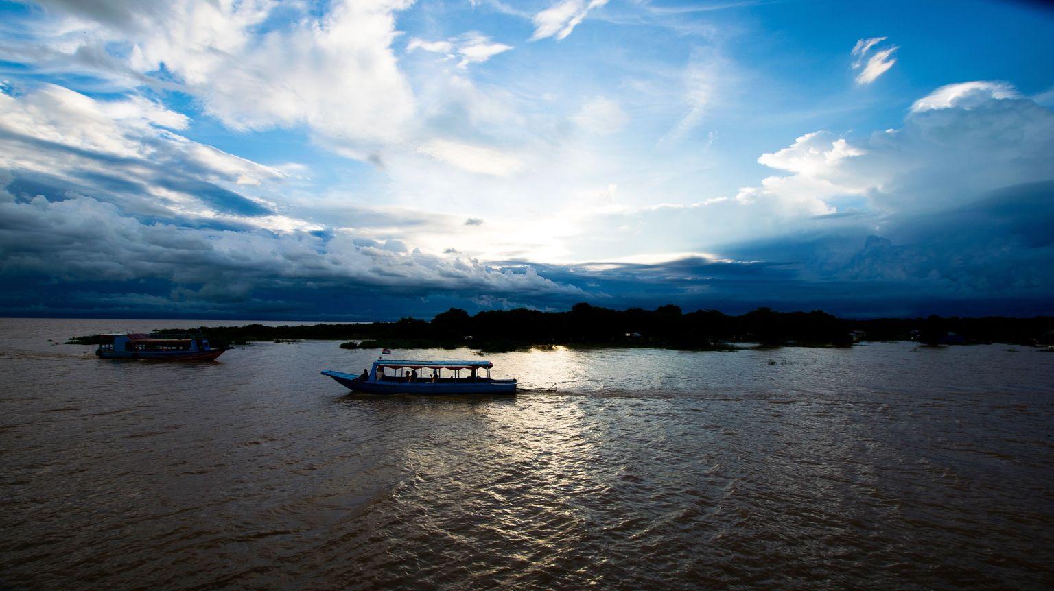 MÁS FOTOS, Cena al atardecer en el lago Tonle Sap con una visita al pueblo flotante