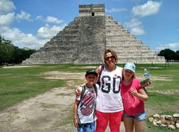Minha esposa Zohaira com meus filhos Giovanna e Gustavo, visitando o monumento principal de Chichen Itza , Márcio André L - August 2015