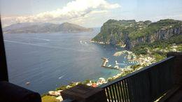 Vista del puerto de Capri desde el camino que sube serpenteando hasta la ciudad. , marcelozaffaroni - June 2015