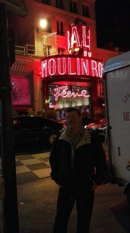Meine Wenigkeit vor dem Eingang des Moulin Rouge. , Detlef S - August 2017