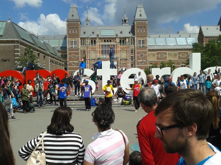 Street entertainment by iamsterdam sculpture - Amsterdam