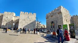 Entering Jerusalem through the Jaffa gate , Michael - January 2017