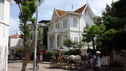 Coche de caballos para 4 personas, en la calle principal de la Ciudad de Buyukada con las casas típicas de la ciudad. , Zappy - May 2014