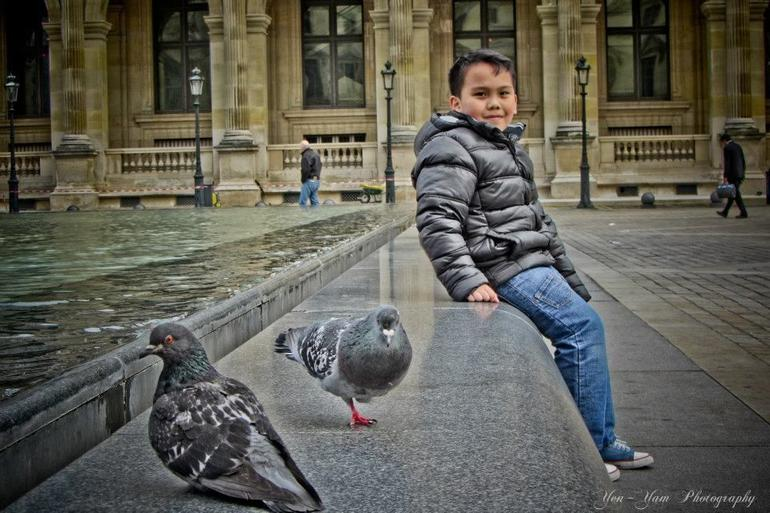 Gelo and Pigeons in Louvre. - Paris