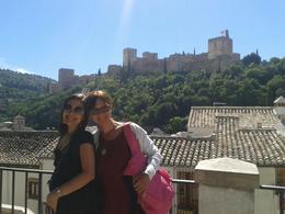 Eu e minha filha, num mirante no Albaicín, com Alhambra ao fundo. , Christiane M - October 2014
