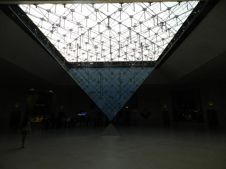 La pirámide del Louvre vista desde abajo - Paris