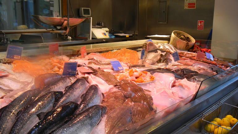 5j1-Howth harbor4-fish market - Dublin