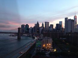Voici une vue de NY prise du bus le soir vers 20h30 en été. Nous étions sur le Manhattan bridge.Magnifique! , famillychato9 - July 2014