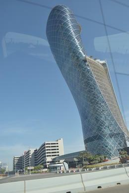 Ein modernes Gebäude in Abu Dhabi, dem schiefen Turm von Pisa nachempfunden. , Juergen W - December 2014