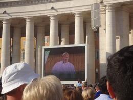 Na praça há vários telões, para os fiéis poderem ver o papa mais de perto. , Christiane M - October 2014