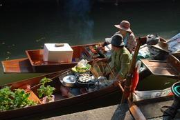 Snacks (o,a poffertjes?) worden verkocht vanuit bootjes... , Willem L - January 2015