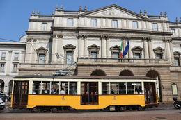 Avant d'entrer dans l'opéra La Scala, le tramway historique invite ses belles couleurs devant la façade classique du vénérable édifice. , Michaël D - July 2015