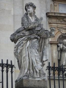 Bij de Petrus en Pauluskerk stonden de beelden van de 12 apostelen. Alleen was het beeld van Judas er niet. In plaats daarvan Maria Magdalena. , C.J. d - September 2014