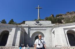 Luis Valiente con el templo del Valle de los Caídos de fondo. , Ely - October 2017