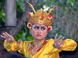 A perfect exemple of eye movements in Balinese dancing , Mme A-Marie H - February 2015