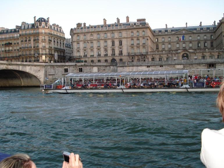 A relaxing boat ride after dinner in the Eiffel Tower - Paris
