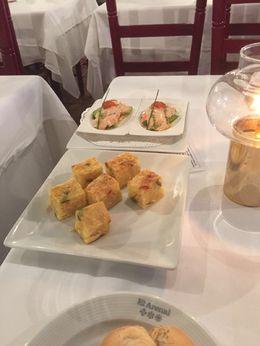 Délicieuses tapas de tortillas, tartines de jambon ibérico et avocats-crevettes. Puis deux plats chauds de viande et poisson et un dessert. La boisson est comprise, la bouteille d'eau nous..., Mathilde P - April 2016