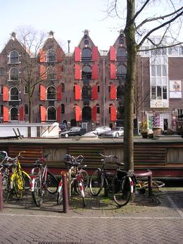 Another typical Amsterdam view. Bikes parked in front of a houseboat at a canal in the Jordaan in Amsterdam. In the background renovated 'pakhuizen'' warehouses that now are luxurious residential ... , Chou Fleur - September 2010