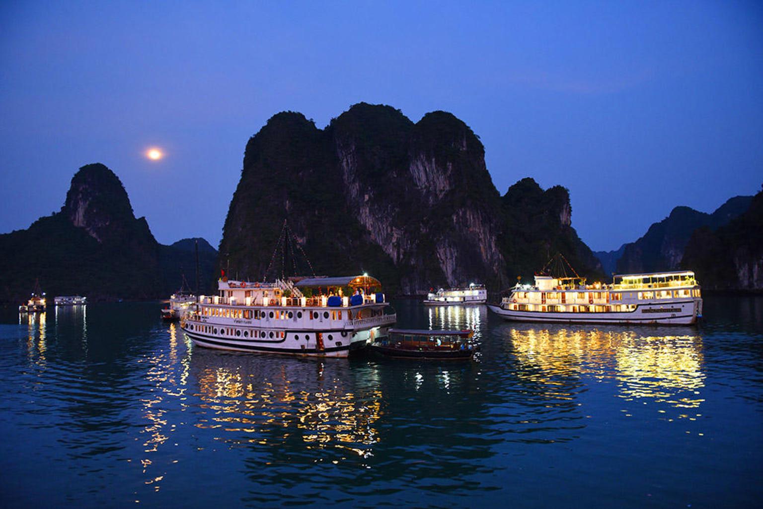 MAIS FOTOS, Passeio luxuoso de barco tipo junk de 2 dias na baía de Ha Long incluindo uma aula de culinária e Tai Chi matinal