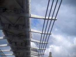 Nous étions dans le bateau sur la Tamise ; en passant sous le pont du Millenium, j'ai trouvé qu'on avait cette belle vue de St Paul au-dessus du pont; vite , j'ai cliqué. Mathis (11..., jean jacques r - May 2013