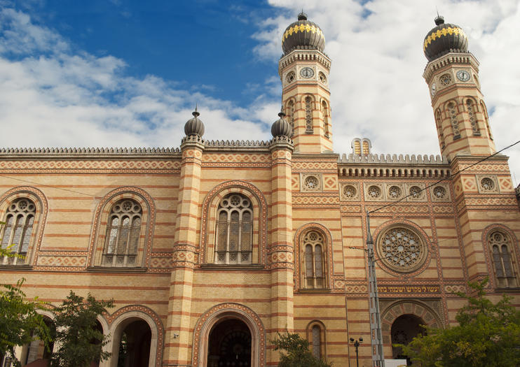 Dohány Street Synagogue - Budapest Travel Guide - Travel Budapest with Chasing Whereabouts