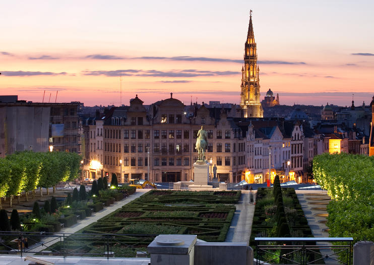 Dominating The Gothic And Baroque Mansions Of Brussels S Glorious Cobbled Grand Place From South Side Spectacular City Hall Has A Flamboyant