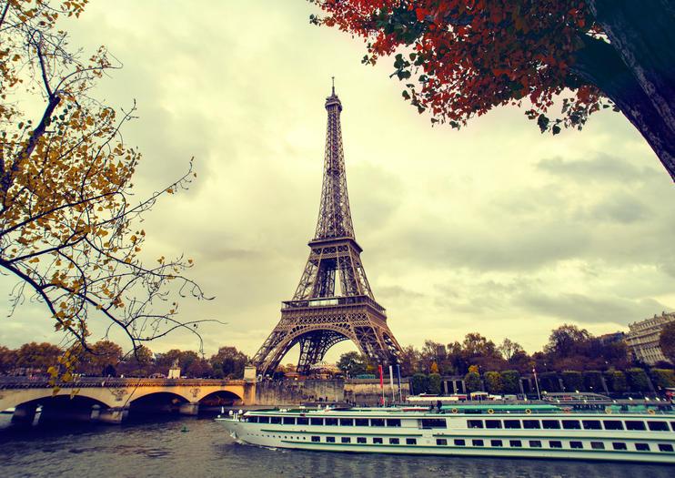 La Tour Eiffel Se Situe Sur Rive Gauche De Seine Face Aux Berges Ce Qui Permet