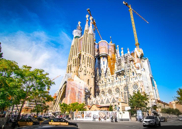 Gå forbi køen utenfor La Sagrada Familia