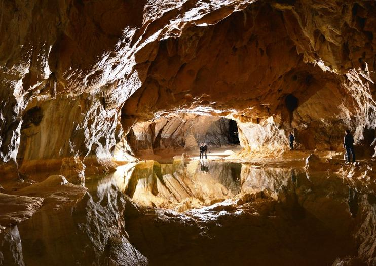 Skupina dobrovoľníkov strávi vo Francúzsku 40 dní v jaskyni Lombrives