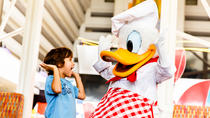 Diner met Disney-figuren in Chef Mickey's Restaurant, Orlando, Disney® Parks
